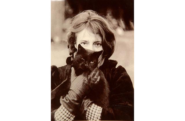 Ilma 20 gadu vecumā - vecāku mājās ar mīļoto kaķi rokās.no personīgā arhīva