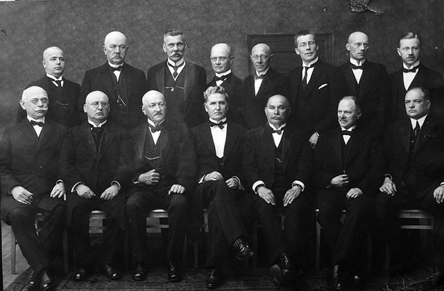 Senāts, prokurori un sekretariāts 1926.gadā. Stāv no kreisās: F.Kamradziuss, A.Pētersons, A.Haritonovskis, J.Kalacs, E.Bite, Volkovs, V.Kaders, A.Zonne. Sēž no kreisās: A.Sīmanis, A.Gubens, M.Gobiņš, K.Valters, K.Ozoliņš, A.Lēbers, B.Nagujevskis. Foto: no Augstākās tiesas muzeja fondiemAugstākās tiesas muzeja fonds
