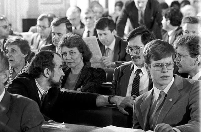 Atmodas laika politiķe 1990. gada 4. maijā - līdzās Imantam Kalniņam, Indulim Emsim, Eināram Cilinskim, Ģirtam Valdim Kristovskim u.c. Augstākās padomes deputātiem.Boriss Koļesņikovs