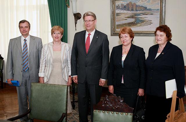 Saeimas deputāte – kopā ar kolēģiem Kārli Šadurski, Sandru Kalnieti un Annu Seili vizītē pie Valsts prezidenta Valda Zatlera (2008. gads).Māris Kaparkalējs
