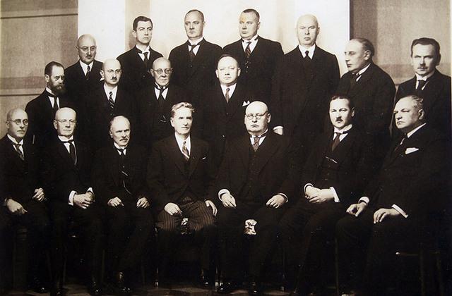 Senatori un prokurori 1934.gadā. No kreisās: F.Blūms, J.Grots, R.Alksnis, M.Čakste, F.Vesmanis, V.Bukovskis, J.Balodis, E.Bitte, T.Ūdris, F.Konradi. K.Puriņš, F.Zilbers, J.Kalacs, A.Lēbers, K.Valters, A.Gubens, O.Ozoliņš, B.Nagujevskis. Foto: no Augstākās tiesas muzeja fondiemAugstākās tiesas muzeja fonds